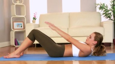 Toned brunette doing sit ups at home — Stock Video