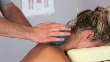Masseuse using blue massage ball on clients neck — Stock Video