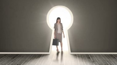 Businesswoman posing in glowing keyhole — Стоковое видео
