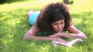 Beautiful woman reading in the park — Stock Video
