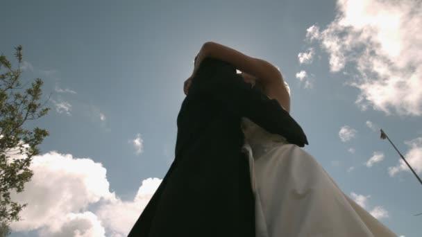 Beaux mariés dansant en plein soleil — Vidéo