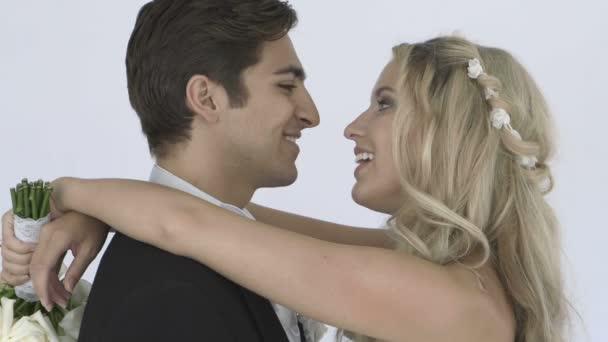 Heureux mariés s'embrassant — Vidéo