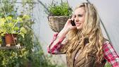 携帯電話をかけ、緑の家のきれいな女性 — ストック写真