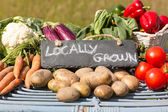 Organic vegetables on a stand at a farmers market — Foto de Stock