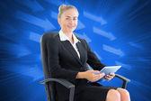 Imagem composta de empresária, sentado na cadeira giratória com ta — Fotografia Stock