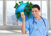 リンゴを保持している幸せの外科医 — ストック写真