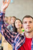 Gros plan d'un étudiant en levant la main par d'autres dans la salle de classe — Photo