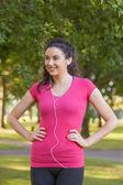 Sportive femme mignonne portant sportswear posant dans un parc — Photo