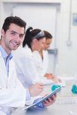 Naukowcy pracujący nad eksperymentami w laboratorium — Zdjęcie stockowe