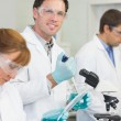 Groupe de scientifiques travaillant au laboratoire — Photo