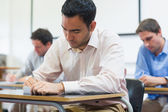 Olgun öğrenciler sınıfta not alma — Stok fotoğraf