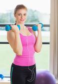 Cabe a mulher exercitar com halteres no estúdio de fitness — Fotografia Stock