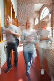 Studenter som går genom hallen in mot kameran — Stockfoto
