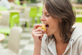 Close-up side view of a young woman eating apple — Stock Photo