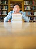 一摞书在图书馆里伏案的成熟学生 — 图库照片