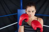 Mulher bonita em luvas vermelhas de boxe no ringue — Fotografia Stock