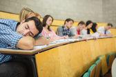 Mężczyzna śpi z uczniów w sali wykładowej — Zdjęcie stockowe
