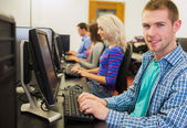 老师对学生在计算机房在屏幕上显示的东西 — 图库照片