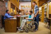 Ученик в коляске на счетчик Библиотека — Стоковое фото