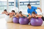 Trainer helping woman at fitness studio — Zdjęcie stockowe
