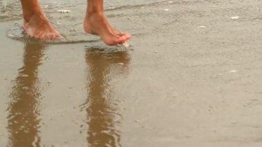 Female feet walking at the beach — Stock Video