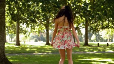 Gorgeous brunette turning in park — Stock Video