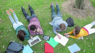 Studenti studují společně na trávě — Stock video