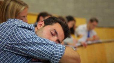在讲堂里午睡的学生 — 图库视频影像