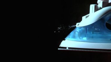 Ferro spruzzando acqua su sfondo nero — Video Stock