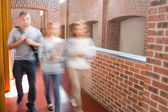 Students walking in the corridor together — Stockfoto
