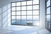 Pokoj s velkým oknem zobrazeno město — Stock fotografie