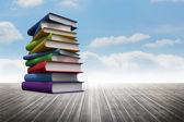 Trave böcker mot himlen — Stockfoto