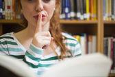 Studente rossa per chiedere silenzio in possesso di un libro — Foto Stock