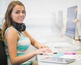微笑在计算机室工作的年轻学生 — 图库照片