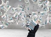 Affärskvinna som transporterar mappar — Stockfoto