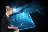 Blonde femme d'affaires à l'aide d'ordinateur portable — Photo