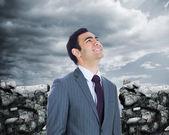 Lächelnd geschäftsmann stehend — Stockfoto