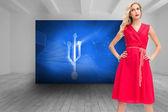 Elegant blondin stående händer på höfterna — Stockfoto