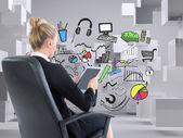 Составное изображение бизнесвумен, сидя на вращающееся кресло с таблеткой — Стоковое фото