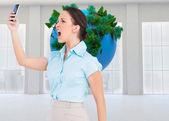 Elegante geschäftsfrau schrie ihr smartphone — Stockfoto