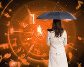 Složený obraz zadní pohled nóbl podnikatelka drží deštník — Stock fotografie