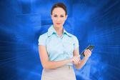 Složený obraz vážných nóbl podnikatelka pomocí kalkulačky — Stock fotografie