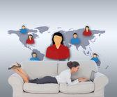 Iş kadını kanepede dizüstü kullanarak yalan — Stok fotoğraf