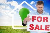 Uśmiechający się modelu gospodarstwa sprzedaż znak — Zdjęcie stockowe
