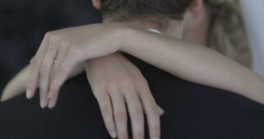 Newlywed couple embracing and chatting — Vídeo Stock