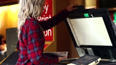 Blonde student using the photocopier in the library — Stock Video