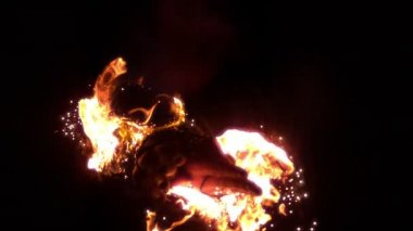 Skilled fire dancer moving in the darkness — Vídeo Stock