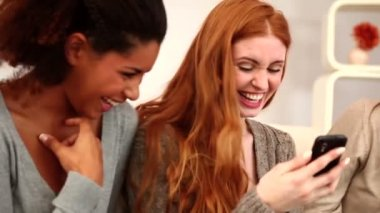 Female friends using smartphone — Stock Video