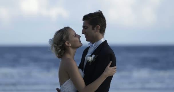 Couple mignon jeune mariée embrassant à la plage — Vidéo