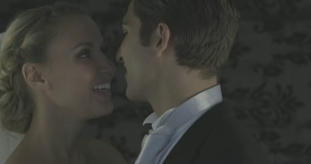 Heureux mariés dansant entre eux — Vidéo
